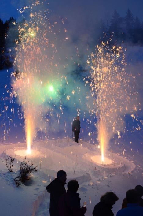 An der feierlichen Laber-Übergabe am Samstag wurde ein in den Schnee gestampftes Ela-Logo mit Wunderkerzen und Vulkanen beleuchtet.