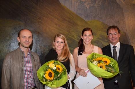 Der Baumeler-Preis geht an Daniela Born (links) und Anna Koller. Flankiert werden die beiden Gewinnerinnen von Michael Mettler (links), CEO Baumeler Reisen, und René Zeier, Leiter Höhere Fachschule für Tourismus Luzern HFT.