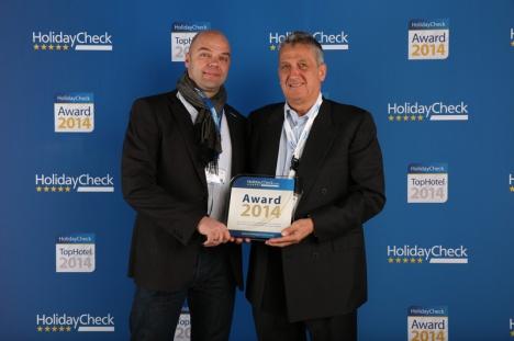 Walter Trösch (rechts im Bild) nimmt die Auszeichnung entgegen.