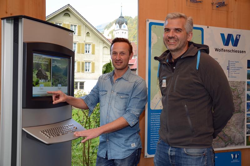 Die neue touristische Erlebnisregion Engelbergertal ist in Wolfenschiessen auch visuell sichtbar. Thomas Vetterli (links) und Frédéric Füssenich testen den Monitor beim Informationsstand beim Bahnhof Wolfenschiessen.